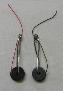 2つの駒に糸を巻きます。特大の安全ピンで作った物です。
